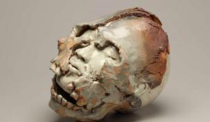 Crâne, grès et porcelaine, cuisson et couverte H.de Crousaz, L.29 cm