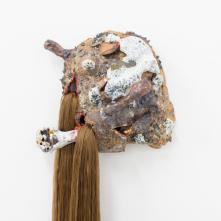 Masque 1, 2015, grès et porcelaine émaillée, cheveux en nylon, 120 x 32 cm, unique
