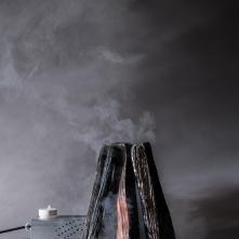 Certains l'aiment faux… - Machine à fumée, bûches en céramique, émail raku - 2016  ©HEAD, Baptiste Coulon