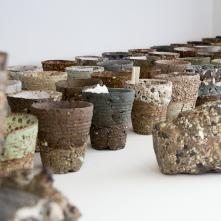 Détail de l'installation Sans titre (Rutsbo) - 2016/ Grès, porcelaine, émail, papier/ © Camille de Dieu