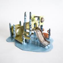 Jidookan Slide (détail de l'installation Asobiba Reactivated Memories) – 2018/ Grés, émail/ H 22 x L 37 x P 30 cm/ Collection FRAC Grand Large - Hauts-de-France