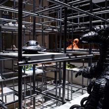 Détail de l'installation Asobiba Reactivated Memories (vue de nuit) – 2018/ Métal, céramique, émail, fil, bois, peinture/ H 480 x L 440,5 x P 392,5 cm